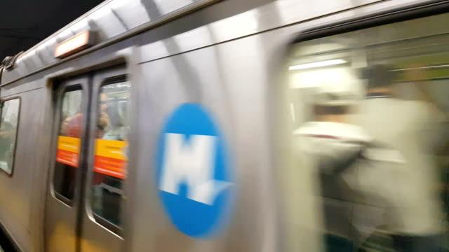 vídeos de stock, filmes e b-roll de detalhe do metrô - trem do metrô
