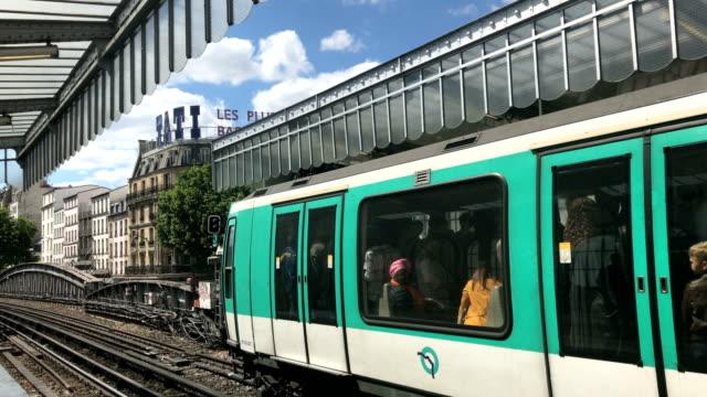 vidéos et rushes de subway full of people on the bridge at barbès metro station - plein