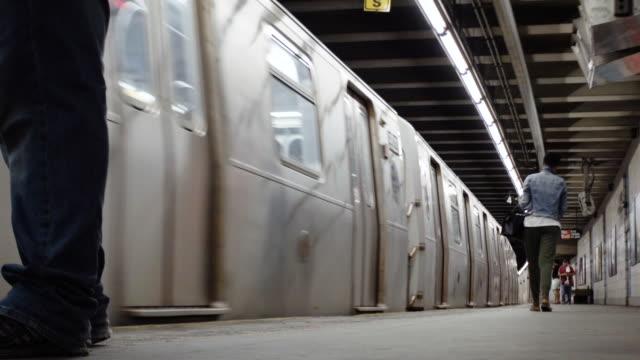 subway - interior - establishing shot - new york city - bahnreisender stock-videos und b-roll-filmmaterial