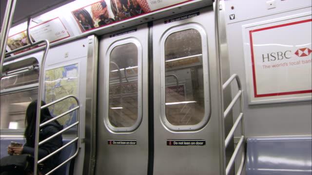 ms subway interior of moving mta train / new york, new york, united states - 乗り物内部点の映像素材/bロール
