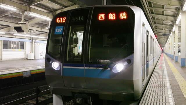 subway leaving at station - 案内点の映像素材/bロール