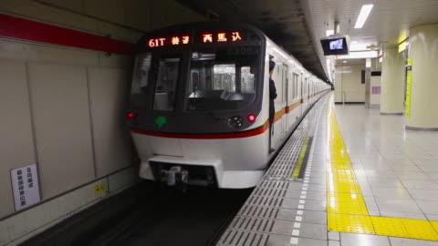 vídeos y material grabado en eventos de stock de subway leaving station in tokyo, japan - pantalla de cristal líquido