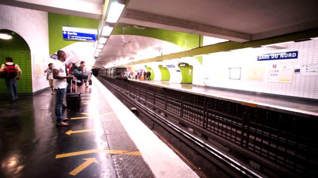 vidéos et rushes de métro, métro à paris, france - station de métro