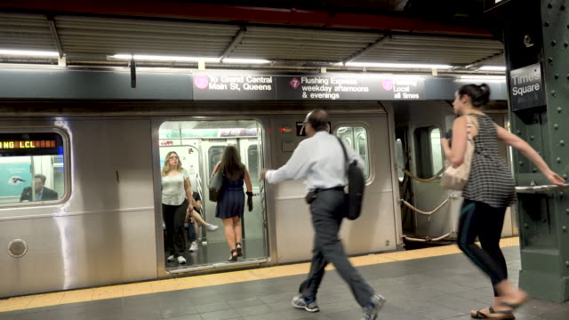 vidéos et rushes de #7 subway platform at times square, nyc - embarquer
