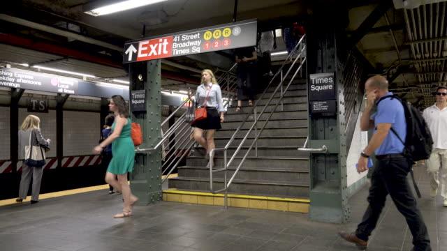 #7 subway platform at times square, nyc - rush hour 2 bildbanksvideor och videomaterial från bakom kulisserna