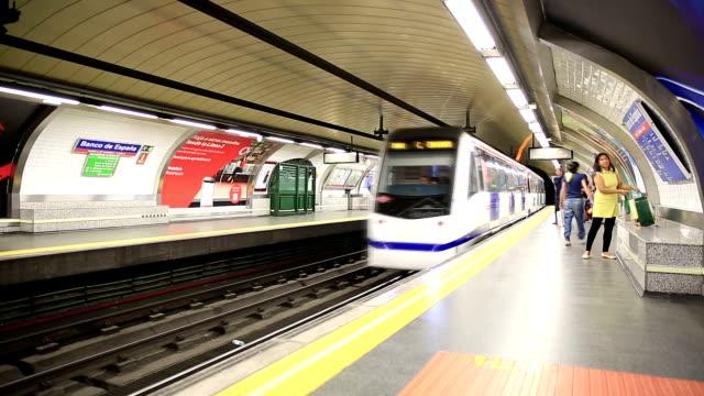 vídeos y material grabado en eventos de stock de plataforma de metro en madrid - madrid