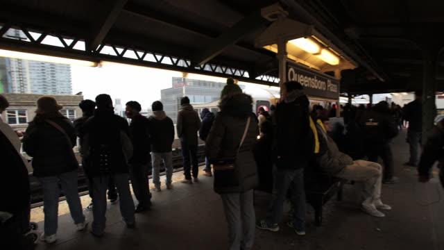 vídeos de stock, filmes e b-roll de subway platform - pataforma de estação de metrô