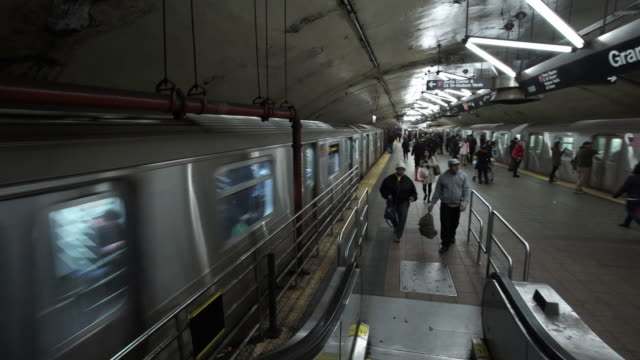 subway platform - new york city subway stock videos & royalty-free footage