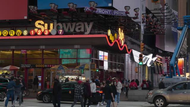 vidéos et rushes de subway station entrance and slow motion of people wearing face mask walking in new york city amid the 2020 global coronavirus pandemic. - panneau d'entrée