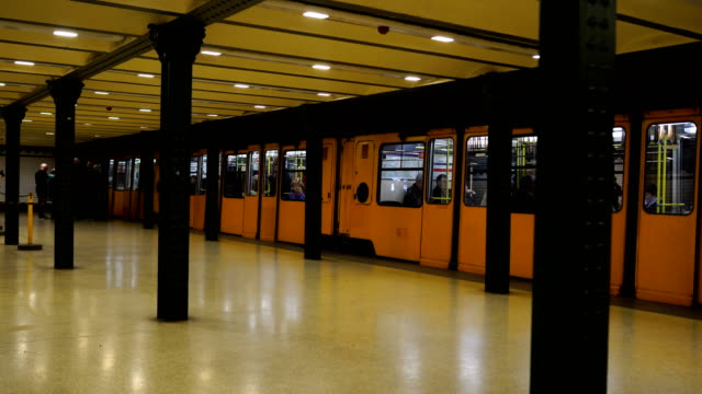 vidéos et rushes de station de métro - quai de gare