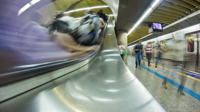 vídeos de stock, filmes e b-roll de subway station. - trem do metrô