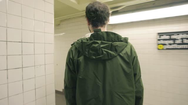 subway station - kamerafahrt auf schienen stock-videos und b-roll-filmmaterial
