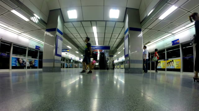 stockvideo's en b-roll-footage met subway station - te klein