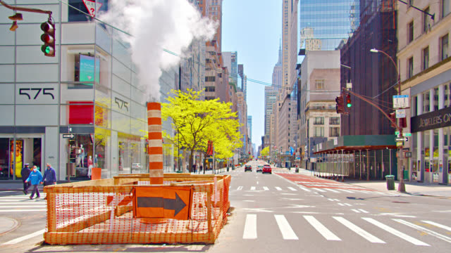 vídeos de stock e filmes b-roll de subway steam funneled to the streets of new york. environmental issue. financial city. - figura masculina