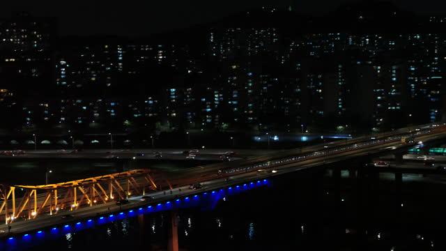 vidéos et rushes de subway train and motorcycle movement on donghodaegyo bridge at han river / seoul, south korea - éclairage public