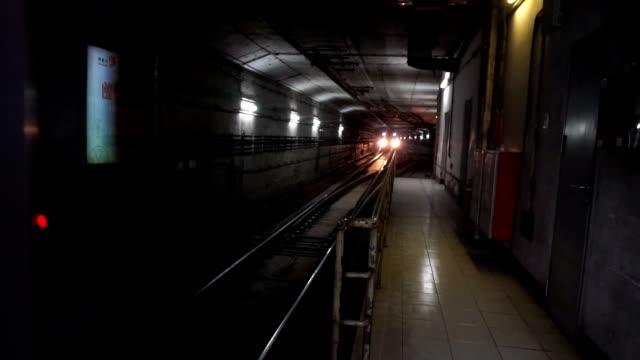 地下鉄駅にご到着になると、低速度撮影です。 - 地下鉄電車点の映像素材/bロール