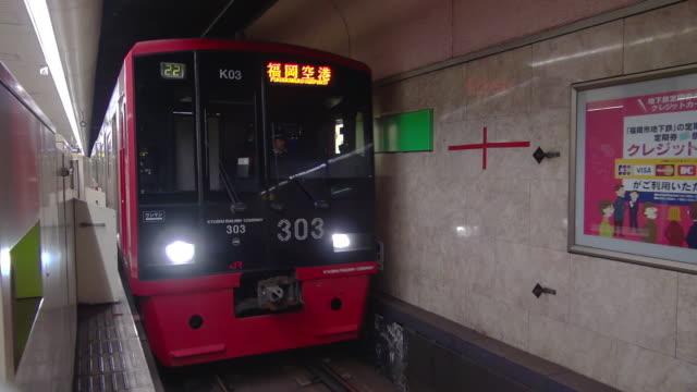 subway train arriving hakata station - bahnreisender stock-videos und b-roll-filmmaterial