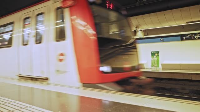 vídeos y material grabado en eventos de stock de tren de metro que llega a la estación de metro de madrid, españa - estación de metro