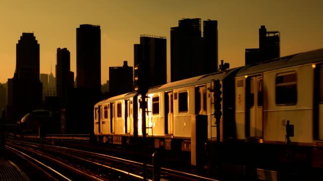 tunnelbanan avgår för staden - högbana bildbanksvideor och videomaterial från bakom kulisserna