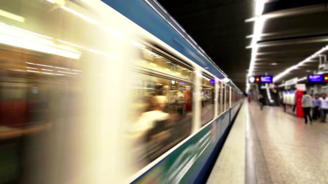 U-Bahn fährt vom Bahnhof