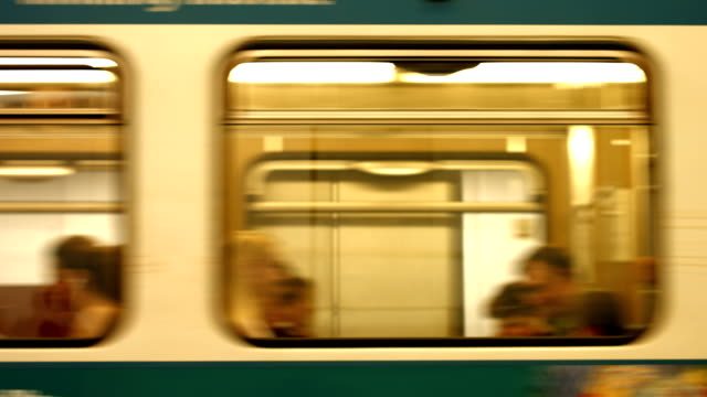 vídeos de stock, filmes e b-roll de trem de metrô que saem da estação (4 km/uhd para hd) - trem do metrô