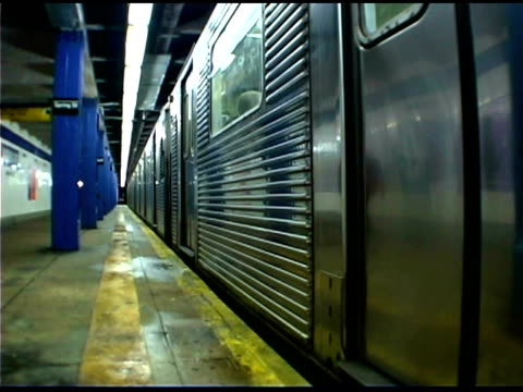 vídeos de stock e filmes b-roll de subway train doors closing - atlântico central eua