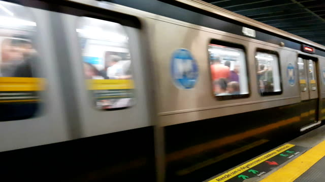 subway train leaving the station - stazione della metropolitana video stock e b–roll