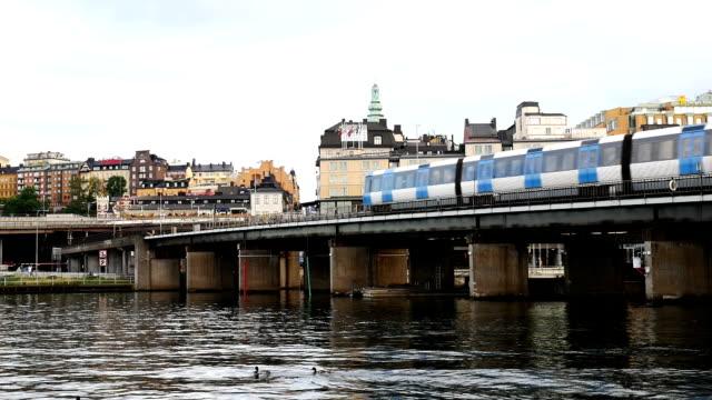vídeos de stock, filmes e b-roll de trem do metrô passando ponte lenta - vista da cidade