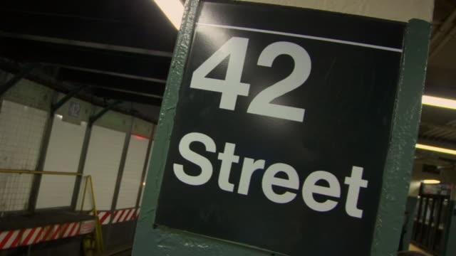 vídeos y material grabado en eventos de stock de cu pan subway train pulling into 42nd street station / new york, new york, usa - señal de nombre de calle