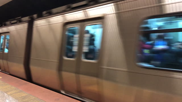 vídeos de stock e filmes b-roll de subway train - plataforma de estação de metro