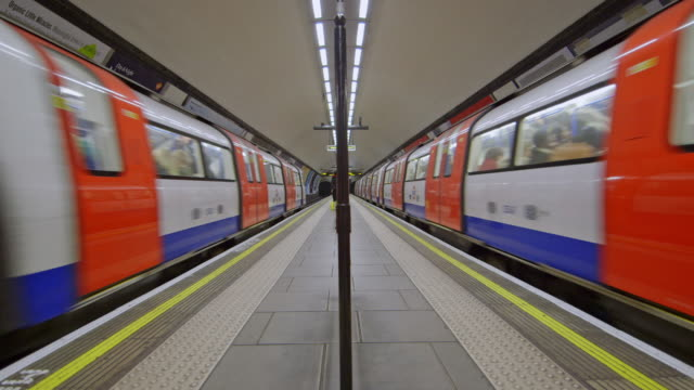ms subway trains in london underground / london, england, united kingdom - stazione della metropolitana video stock e b–roll