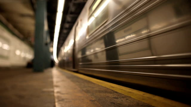 new york city subway - schienenverkehr stock-videos und b-roll-filmmaterial