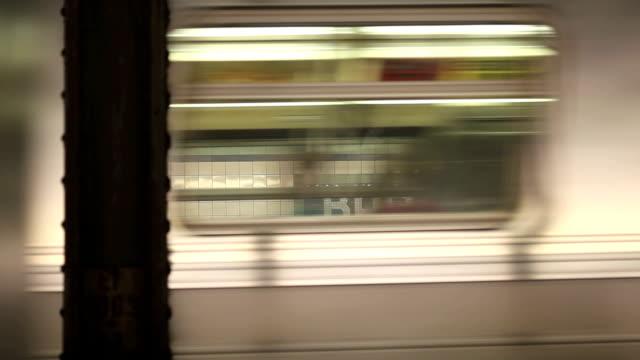 vídeos de stock, filmes e b-roll de de metrô de nova york - trem do metrô
