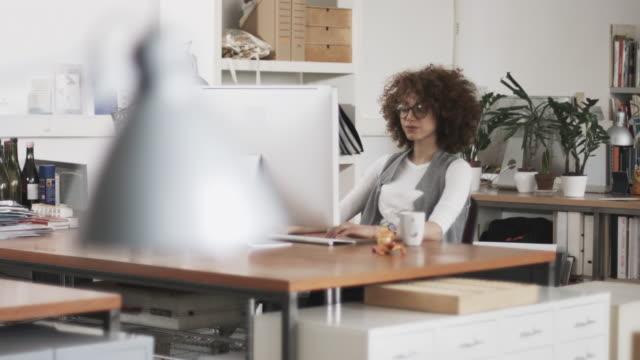 successo donna in ufficio creativo - colletti bianchi video stock e b–roll