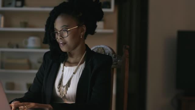 vídeos de stock, filmes e b-roll de o sucesso pode acontecer a qualquer hora, em qualquer lugar - mulher de negócios