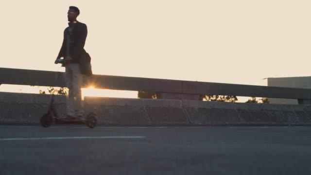 erfolg folgt ihm, wohin er auch geht - motorroller stock-videos und b-roll-filmmaterial