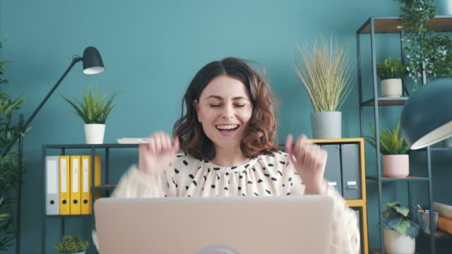 erfolg enttritt, wenn man leidenschaft mit ehrgeiz verbindet. - employee engagement stock-videos und b-roll-filmmaterial