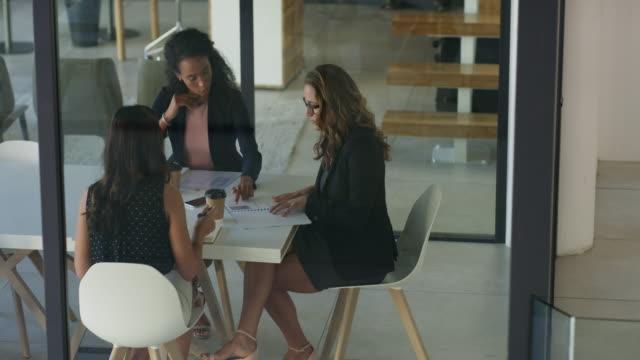 vídeos de stock e filmes b-roll de success happens when you combine your business strengths - trabalhadora de colarinho branco