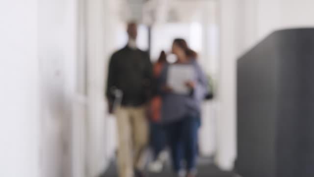 il successo è sempre il loro obiettivo una volta entrati in ufficio - blurred motion video stock e b–roll