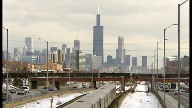 vídeos de stock, filmes e b-roll de illinois chicago overlay local chicago radio station jingle** chicago skyline with skyscrapers train along tracks in foreground - estúdio de rádio