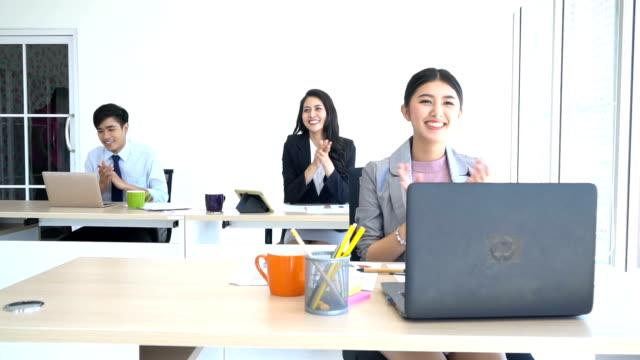 Succes Team! De bijeenkomst van de groep van het bedrijf in een startup team, mensen bespreken met collega's aan tafel