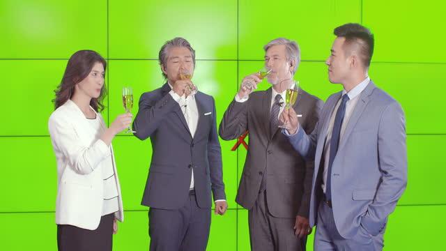vídeos y material grabado en eventos de stock de successful business people drinking champagne,4k - vestimenta de negocios formal