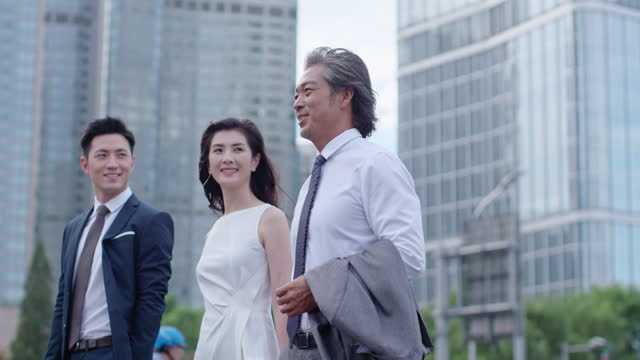 vídeos de stock, filmes e b-roll de successful business people walking on street,4k - camisa e gravata
