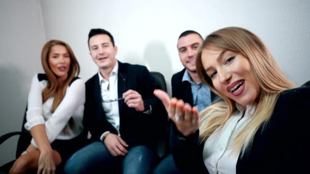 vídeos de stock e filmes b-roll de successful business team taking selfie - câmara fotográfica