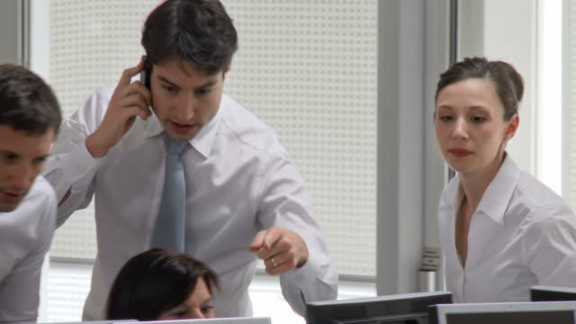 vídeos de stock, filmes e b-roll de hd: equipe de negócios bem sucedido - alcançar