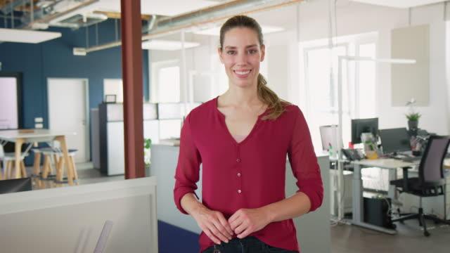 vidéos et rushes de femme d'affaires réussie au bureau - cadrage à la taille