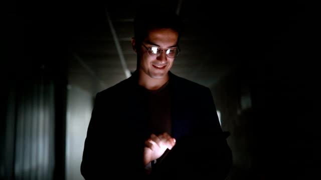 erfolgreicher geschäftsmann lächelnd während der arbeit an seinem digital-tablette - handsome people stock-videos und b-roll-filmmaterial