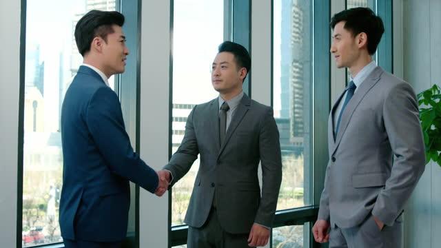 successful businessmen talking in office,4k - abbigliamento da lavoro formale video stock e b–roll