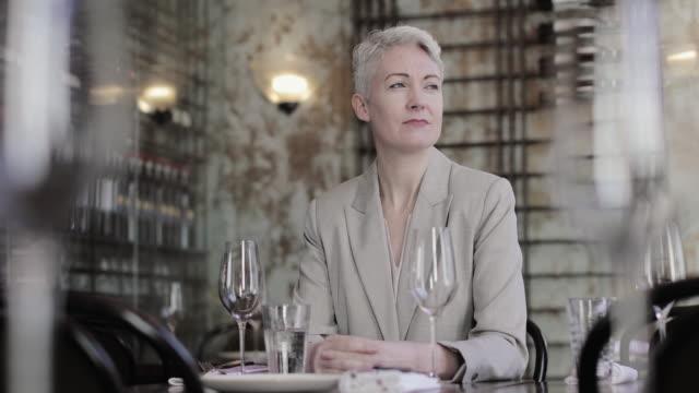 successful businesswoman thinking in a restaurant - kurzes haar stock-videos und b-roll-filmmaterial