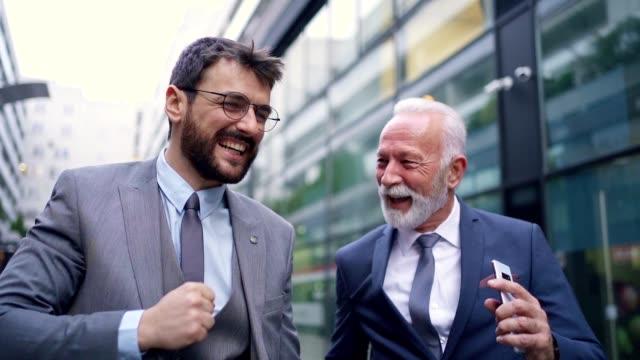 vidéos et rushes de une journée de travail réussie - collègue